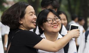 Phụ huynh Hà Nội rạng rỡ đón con sau bài thi môn Văn