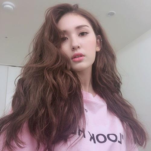 Somi khoe vẻ đẹp lai Tây với mái tóc gợn sóng.