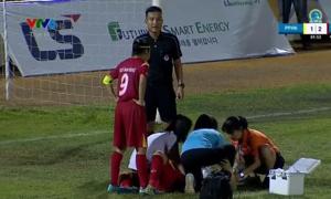 Trọng tài nhanh trí cứu nữ cầu thủ cắn lưỡi do va chạm