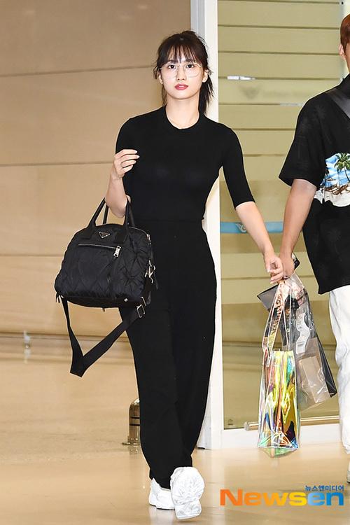 Một vài thành viên Twice về Hàn sau khi hoàn thành việc quay MV. Momo luôn có hình thể cực chuẩn do luyện nhảy thường xuyên.