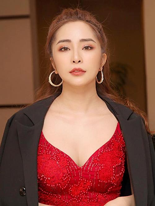 Quỳnh Nga ngoài đời sở hữu phong cách gợi cảm. Bên cạnh công việc diễn xuất, cô nhận lời biểu diễn tại một số sự kiện.