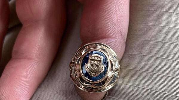 Luke Berube chia sẻ câu chuyện lên mạng xã hội để tìm chủ nhân thực sự của chiếc nhẫn.