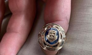 Người đàn ông tìm được nhẫn vàng 60 năm tuổi dưới ao
