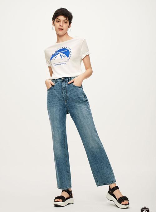 Mùa hè năm nay, thương hiệu bình dân GU của Nhật Bản cũng ra mắt mẫu áo phông với logo Paramount giống hệt. Tuy cùng hợp tác với nhà phát hành phim của Mỹ nhưng áo GU rẻ hơn áo Gucci rất nhiều lần, chỉ có giá 790 Yên (khoảng 170k).