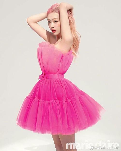 Trong loạt ảnh chụp cho tạp chí Marie Claire Hàn Quốc số tháng 7, Sulli làm fan hâm mộ thổn thức khi khoe dáng trong bộ cánh màu hồng đậm chất tiểu thư.