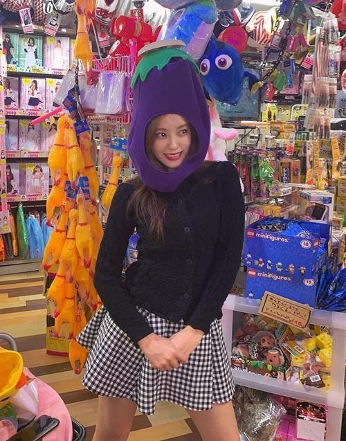 Hyo Min nghịch ngợm tạo dáng với những món đồ chơi dễ thương ở Tokyo.