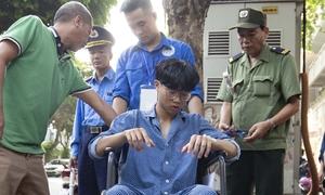 Sĩ tử mặc đồ bệnh nhân đi thi THPT Quốc gia