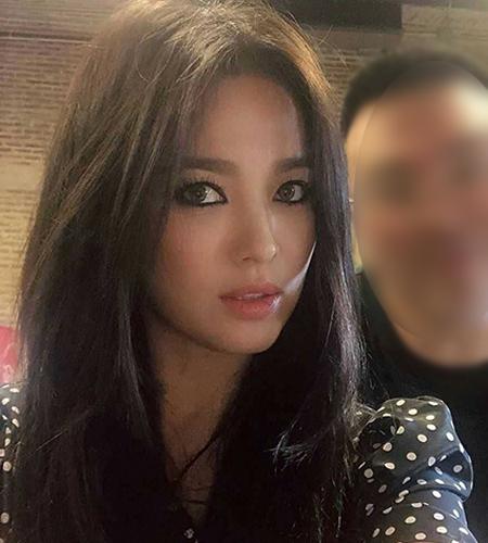 Trong buổi chụp hình mới đây, Song Hye Kyo khoe diện mạo khác lạ. Nữ diễn viên như biến thành người khác khi chuyển sang trang điểm cá tính với đường eyeliner đậm, dày.