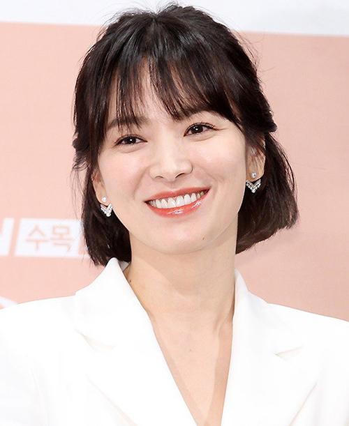 Trước đây, người đẹp vẫn thường gắn bó với lối trang điểm sương sương, có mà như không. Tông makeup ngọt ngào, tự nhiên giúp Song Hye Kyo trẻ trung hơn tuổi.