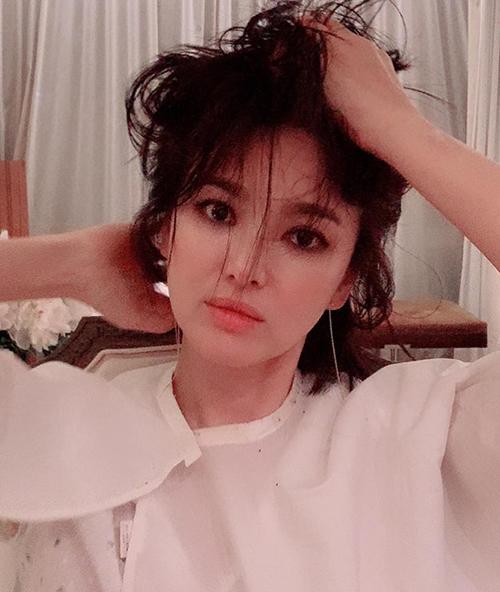 Cách trang điểm này tuy mới lạ và cá tính nhưng lại bị chê vì khiến Song Hye Kyo trông sến, mất đi nét đẹp tự nhiên vốn có.