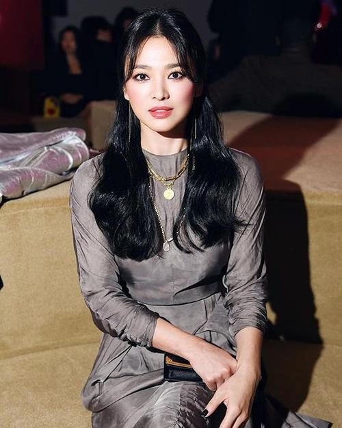 Từ khi sang Mỹ, Song Hye Kyo có sự thay đổi lớn về ngoại hình. Trong lần dự show Prada hồi tháng 5, nữ diễn viênlập tức lên top tìm kiếm Weibo, Trung Quốc vì dung mạo khác lạ.