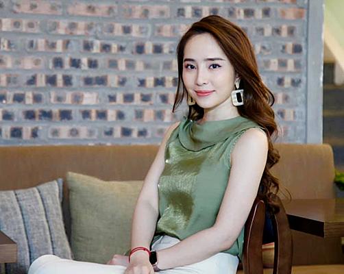 Gần đây, Quỳnh Nga bị đồn là người thứ ba, làm hôn nhân của diễn viên Việt Anh cùng Hương Trần đổ vỡ. Tuy nhiên, Hương Trần và Việt Anh đã lên tiếng phủ nhận.