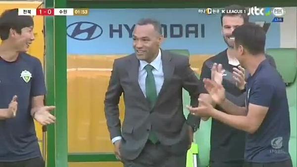 Thành viên BHL ngỡ ngàng khi thấy bàn thắng được ghi.