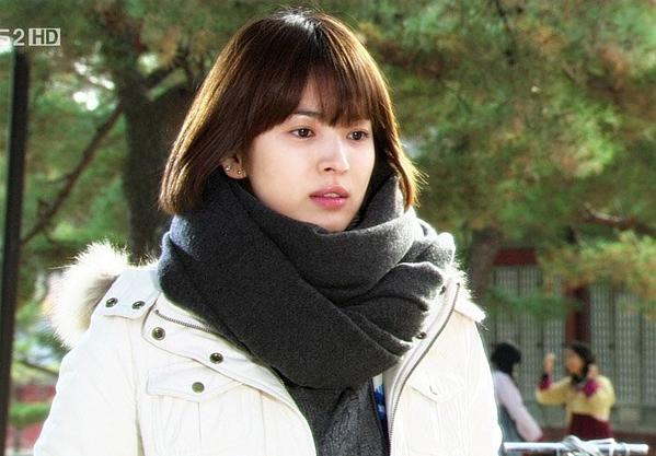 2008, Song Hye Kyo cắt phăng mái tóc dài vốn gắn với hình tượng ngọc nữ để tham gia phim World Within và dự án Make yourself at home.