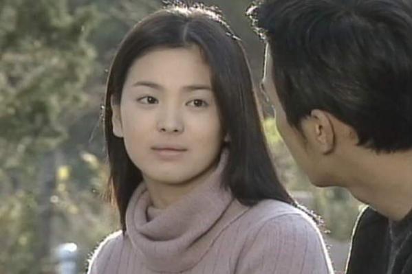 Năm 19 tuổi, Song Hye Kyo đóng phim Trái tim mùa thu. Bộ phim giúp tên tuổi của nữ diễn viên vụt sáng. Khuôn mặt nữ tính, đôi mắt biết nói của cô ghi dấu với khán giả.