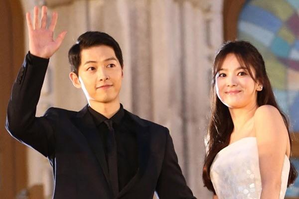Gần đây, Song Hye Kyo từng gửi xe cà phê ủng hộ phim mới của IU và đăng bài chúc mừng dự án của đàn em cùng công ty Park Hyung Sik. Tuy nhiên, cô lại bơ đẹp drama mới, Arthdal Chronicles của ông xã Song Joong Ki.