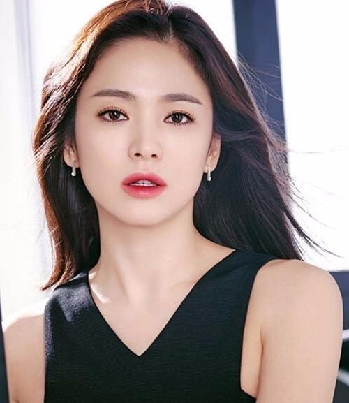 Song Hye Kyo trong ảnh quảng bá cho một thương hiệu mỹ phẩm.