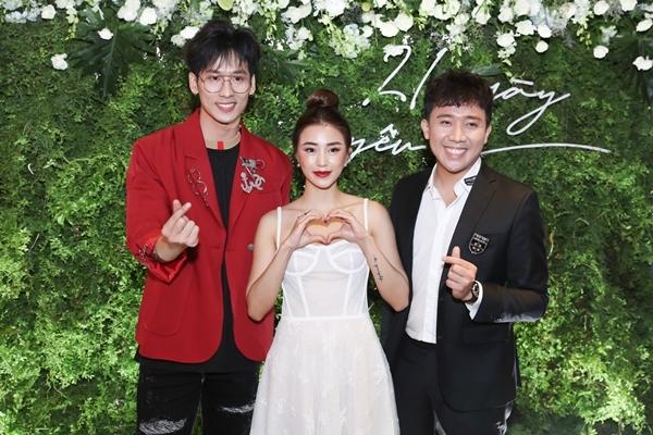 Tuấn Ảnh chụp ảnh cùng Trấn Thành, Sa Lim trước họp báo chính thức.