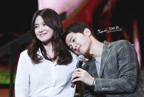 Vào tháng 6/2018, Song Hye Kyo làm khách mời trong buổi họp fan của Song Joong Ki. Cặp đôi Song - Song đã có những phút giây tình bể bình trên. Họ cùng nhau song ca bài Always - nhạc phim đình đám của Hậu duệ mặt trời.