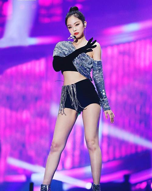 Sở hữu vóc dáng nuột nà, Jennie thường xuyên được stylist chọn cho những trang phục biểu diễn siêu ngắn nhằm tạo cảm giác chân thon dài hơn, khiến vẻ ngoài trở nên sexy cuốn hút.