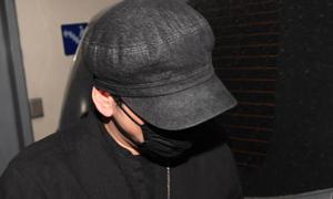 Yang Hyun Suk né tránh ống kính phóng viên sau khi rời Sở cảnh sát