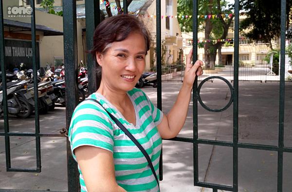 Chị Trần Phương Mai đứng đợi con gái ngoài điểm thi.
