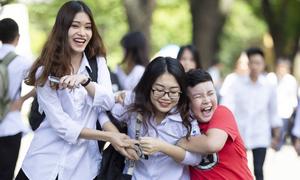 Khoảnh khắc 'đốn tim': Em trai ôm chầm đón chị sau buổi thi