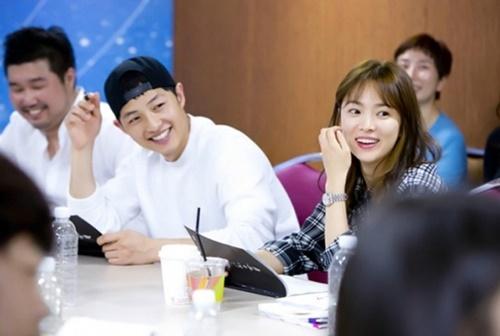 Tháng 6/2015, Song Joong Ki - Song HyeKyo gặp nhau trong buổi đọc kịch bản phim Hậu duệ Mặt trời. Cả hai đều để mặt mộc, tươi cười rạng rỡ, cặp diễn viên được khen đẹp đôi bất chấp khoảng cách tuổi tác.