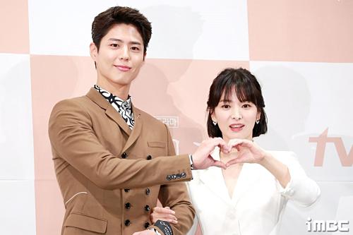 Trong buổi họp báo phim Encounter, cả hai tỏ ra ngượng ngùng khi được yêu cầu tạo trái tim. Họ đứng khá xa nhau. Tại đây, Bo Gum tiết lộ, Song Hye Kyo lo lắng chu đáo cho anh trên phim trường. Cô thường xuyên mua đồ ăn ngon cho trai trẻ.