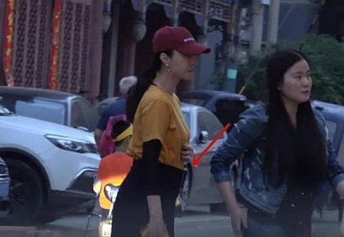 Hồi tháng 5, Phạm Băng Băng xuất hiện trên phố với vòng hai lớn bất thường, đi giày đế bằng. Nhiều người nghi nữ diễn viên đã có bầu với bạn trai Lý Thần.