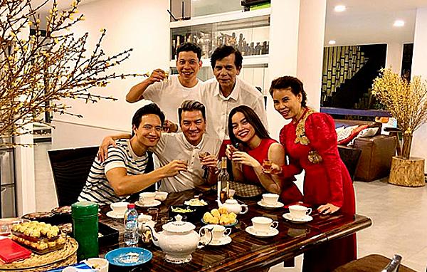 Kim Lý lần đầu tiênđón giao thừa Tết Mậu Tuất 2018cùng gia đình bạn gái. Bức hình được Đàm Vĩnh Hưng chia sẻ trên trang cá nhân.