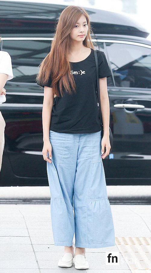 Tzuyu vẫn xinh đẹp dù trang điểm nhạt, nữ ca sĩ chuộng kiểu quần ống rộng, thoải mái khi di chuyển.