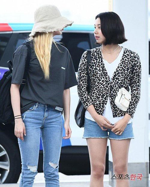Kiểu mũ bucket rộng vành che nửa khuôn mặt giúp Sana không cần make up quá đậm khi ra sân bay.