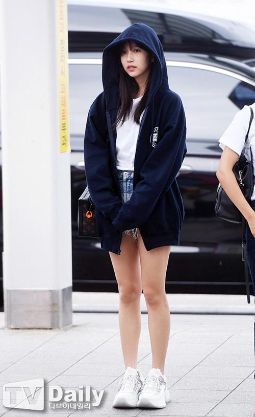 Mina khoe đôi chân dài, thon thả khi mặc quàn short.