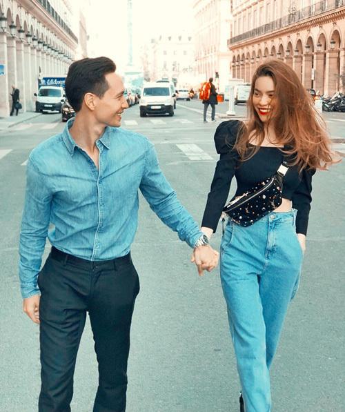 Ngày 27/6, Hà Hồ và Kim Lý đánh dấu chặng đường 2 năm tình yêu bằng bức ảnh nắm tay nhau sải bước giữa châu Âu. Cả hai diện đồ đồng điệu về cách mix và màu sắc, kết hợp tông đen và denim tạo nên hình ảnh cá tính.