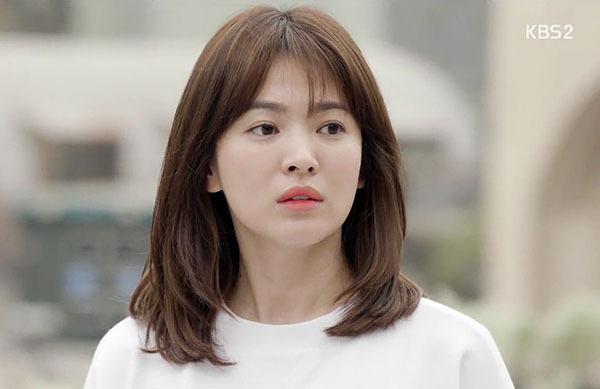 Kiểu tóc lob mái thưa của người đẹp được đặt tên là tóc bác sĩ Kang Mo Yeon. Suốt năm 2016, đây cũng chính là kiểu tóc hot nhất các salon ở Hàn Quốc cũng như nhiều nước châu Á.