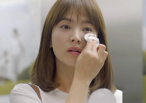 Ngay cả việc nữ bác sĩ xinh đẹp tô son gì, đánh phấn nào trong phim cũng được nhiều người tò mò và mua theo. Nhiều thương hiệu công bố chính Song Hye Kyo đã giúp doanh thu bán hàng của họ tăng vọt.