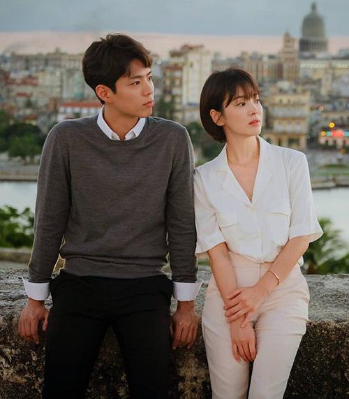 Cô và Park Bo Gum cũng gợi ýnhững cách phối đồ đôi đơn giản nhưng đẹp mắt.