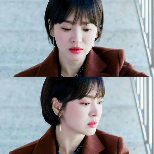 Vào vai một chị đẹp sành điệu, quyền lực, Song Hye Kyo có nhiều cách mix đồ đáng học hỏi. Bộ sưu tập hoa tai có thiết kế nhỏ nhắn, xinh xắn nhưng cũng rất thời thượng của cô cũng gây chú ý vì rất ăn rơ với kiểu tóc tém gọn gàng.