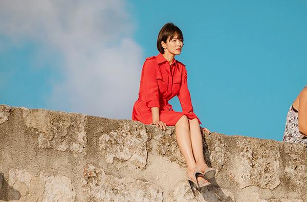 Trong phim, Song Hye Kyo diện nhiều trang phục đắt đỏ nhưng vẫn giúp thương hiệu bán cháy hàng. Chiếc váy đỏ899 nghìn won - tương đương 18,5 triệu đồng