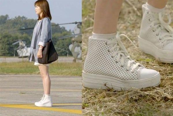 Đôi sneakers đế độn Song Hye Kyo diện trong phim được xem là huyền thoại một thời và được các cô gái đua nhau lùng sục. Không chỉ đôi giày giá 8 triệu đồng đắt khách mà hàng loạt sản phẩm ăn theo với giá chỉ bằng 1/20 cũng thành cơn sốt rầm rộ trên mạng xã hội.