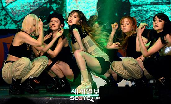Gần đây, (G)I-DLE comeback với single Uh-Oh, một ca khúc mang âm hưởng hip-hop thập niên 90. Girlgroup Cube cũng thay đổi hình tượng, chuyển sang concept bụi bặm, cá tính hơn so với Senorita hồi đầu năm. Trong nhóm, Soo Jin (giữa) chính là thành viên đang thu hút sự chú ý của netizen.