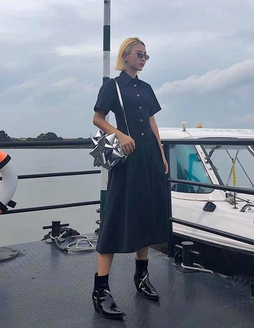Quỳnh Anh Shyn diện váy đen đơn giản, tuy nhiên trông vẫn chất lừ nhờ món phụ kiện là chiếc túi metallic độc đáo.