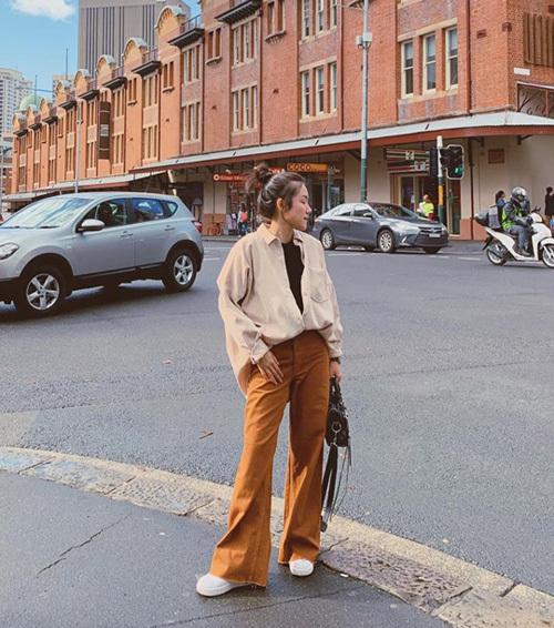 Phương Ly mix đồ đậm chất cao bồi trên đường phố Australia. Áo sơ mi thùng thình cùng quần ống loe mang đến cho cô nàng vẻ bụi bặm.