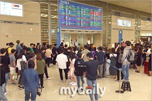 Tình trnagj hỗn loạn xảy ra khi sao YG xuống sân bay.