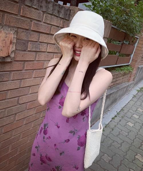 Hyuna diện váy hai dây tím nhẹ nhàng dạo phố.