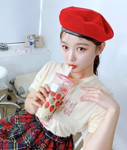 Kim Yoo Jung có cách mix đồ đáng yêu với mũ beret.