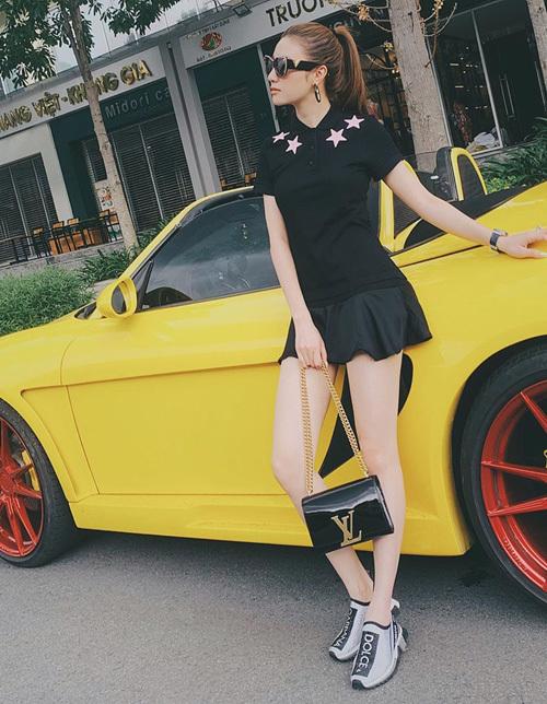 Váy ngắn kiểu sporty khoe chân được Hạnh Sino mix cùng túi LV, giày Dolce&Gabbana sang chảnh.