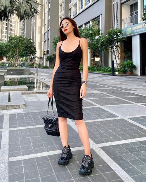 Kỳ Duyên khoe giảm được 4 kg sau thời gian bóp miệng, tự tin diện váy hai dây bó sát khoe đường cong.