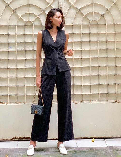 Minh Triệu cũng mê tít trang phục tối màu trong street style tuần này. Chân dài trung thành với cách ăn mặc đậm chất menswear.